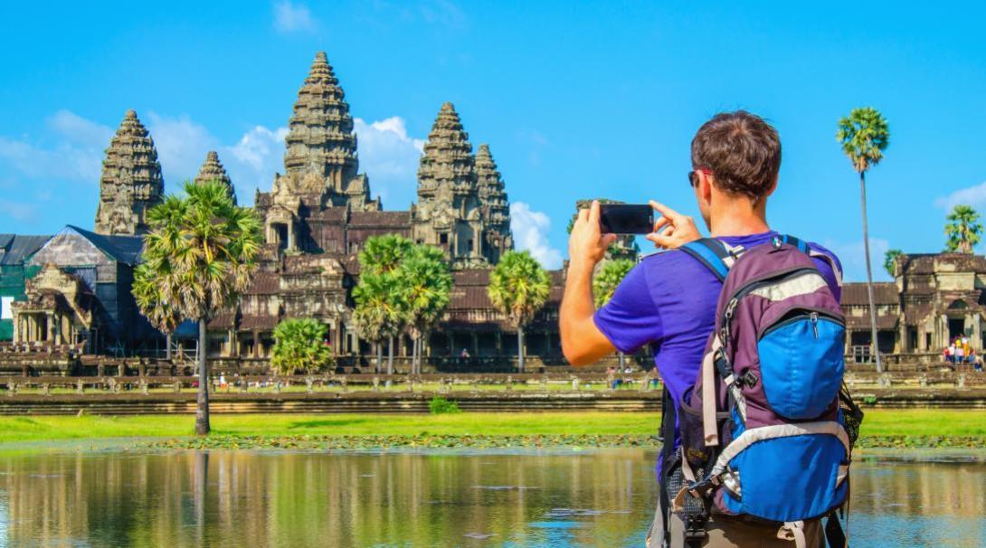 Viajero visitando los templos de Angkor Wat.